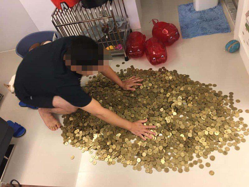 一名網友PO文提到,他將存了快4年的2隻半豬公給「開腸剖肚」,沒想到存款竟超過35萬元。圖擷自爆廢公社公開版