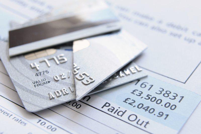 民眾遇到銀行營業員推銷聯名卡,結果不成功還反嗆,讓他火大回家立刻剪同行其他信用卡。示意圖/ingimage