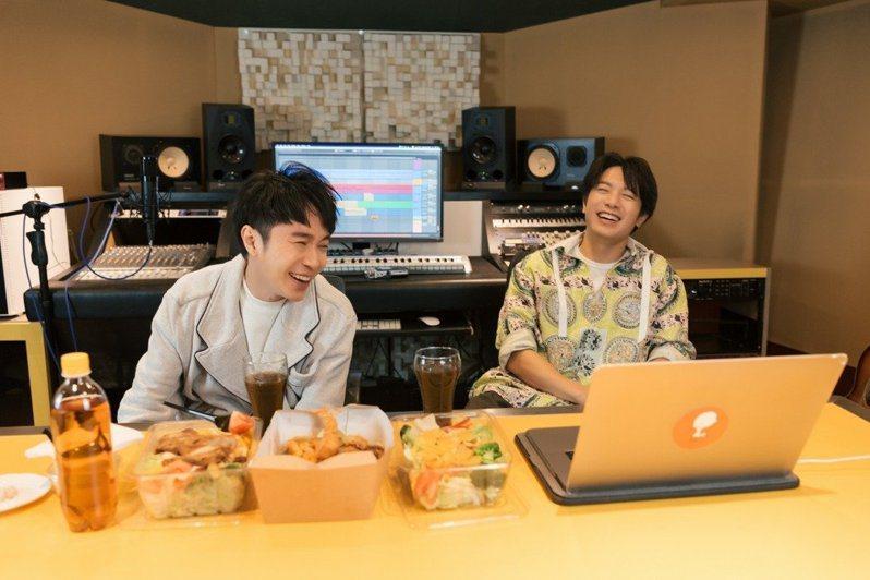 韋禮安(右)邀好友吳青峰一起錄製Podcast「韋禮安跟你鳥鳥天」。圖/The Orchard提供