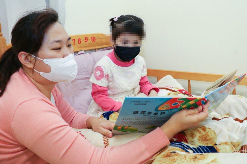 雯雯(右起)睡前會黏著李苑詩說故事。記者王敏旭/攝影
