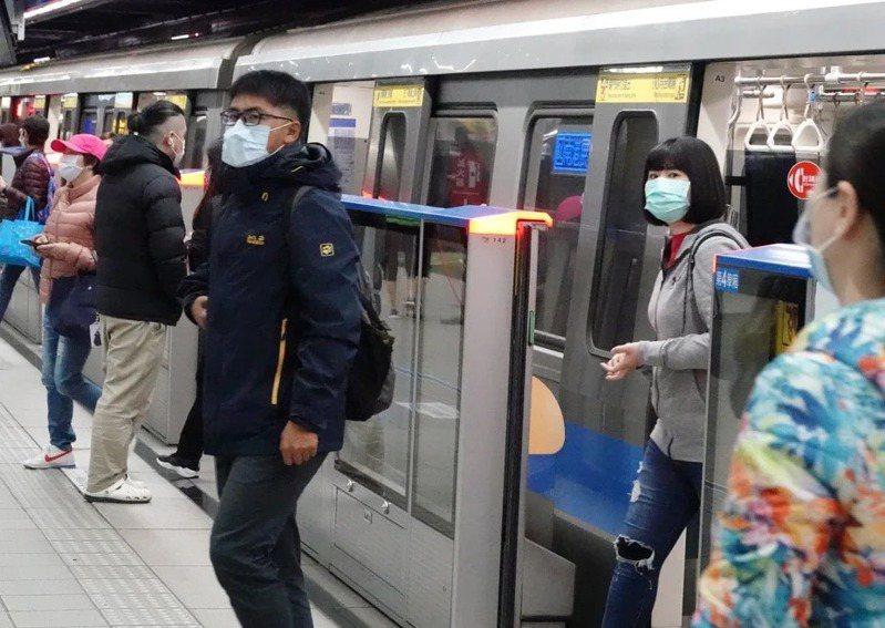 現在搭乘大眾運輸工具都要配戴口罩。本報資料照片