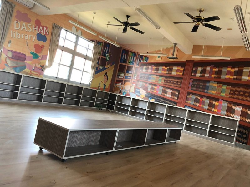 學生置物櫃、打掃用具收納櫃共11間完成,使用空間全面獲得改善。圖/學校提供