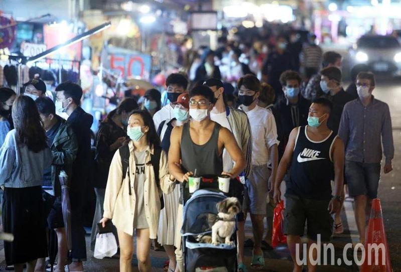 清明連假,屏東墾丁大街夜市湧入大量遊客。記者劉學聖/攝影