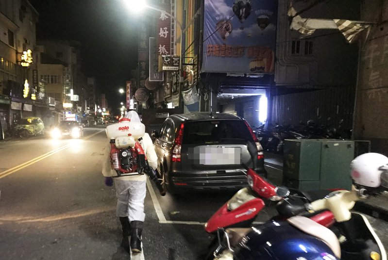 清明連假今天結束,台東縣環保局今天凌晨針對人群聚集的正氣路觀光夜市展開消毒。記者羅紹平/翻攝