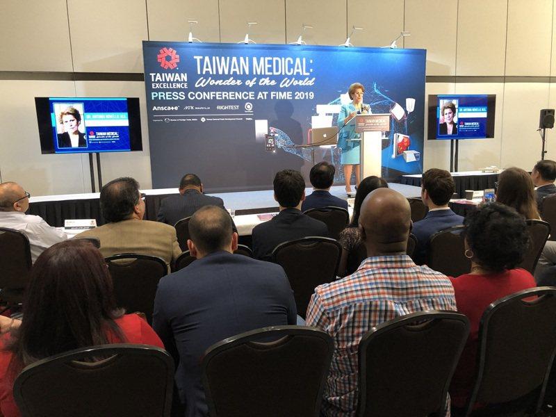 台灣精品跨域整合資通訊與生技醫療,創造醫療產業經濟動能,圖為2019美國醫療展新產品發表會,美國前衛生署署長Novello醫師擔任主持人。圖/外貿協會提供