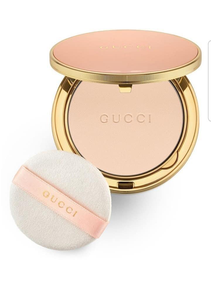 GUCCI粉底圓形的粉紅色粉盒以金邊裝飾,雙層內裝分別是粉蕊和粉撲。全系列共有1...