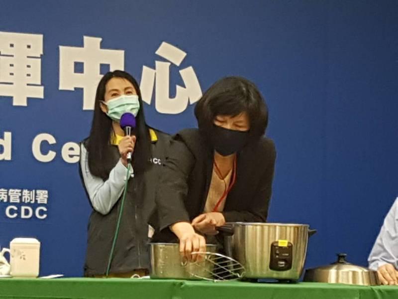 指揮中心研究組副組長、食藥署長吳秀梅表示,「電鍋乾蒸消毒法」後可以用三至五次,但不建議噴灑酒精或其他濕式消毒方式,以免降低過濾效能。記者楊雅棠/攝影