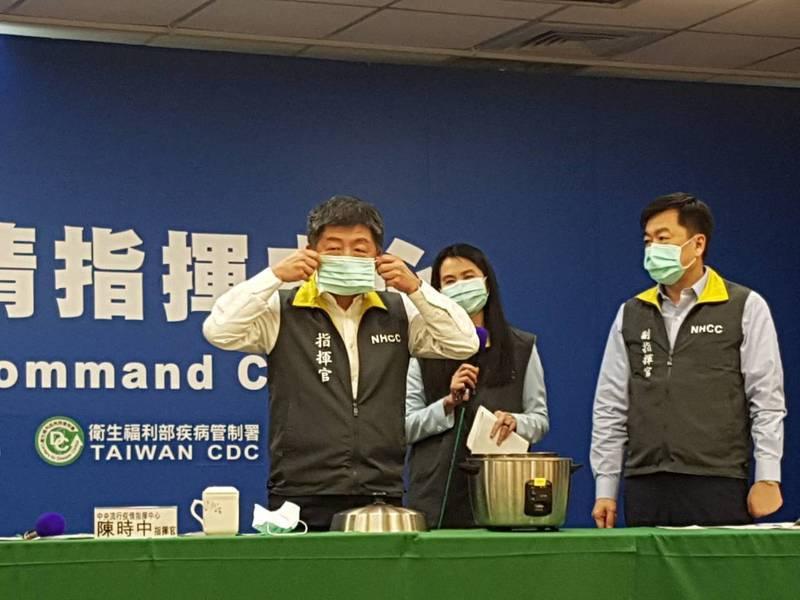 陳時中現場試戴乾蒸後的口罩。記者楊雅棠/攝影