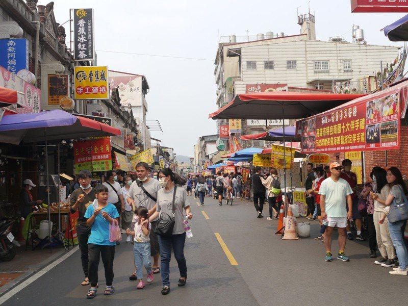 清明連假期間,旗山老街約湧入萬餘遊客。記者徐白櫻/攝影