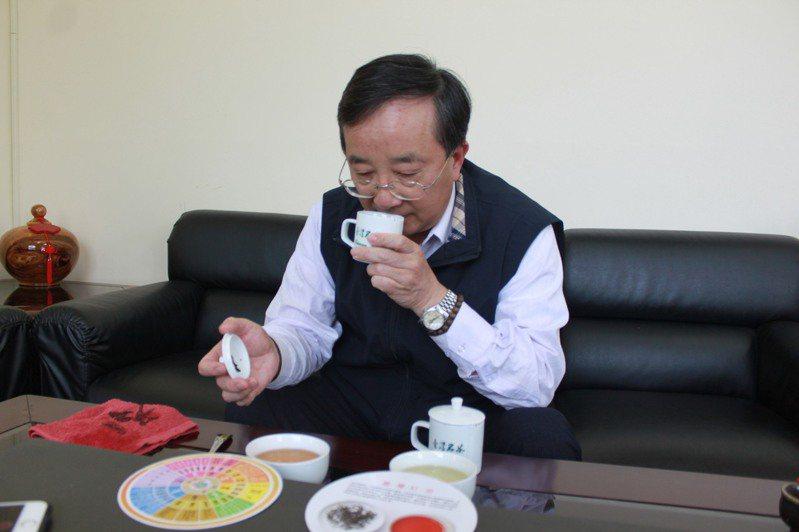 品茶師先觀察外觀色澤,接著用鼻吸茶渣香氣,再取茶湯入口。記者郭政芬/攝影