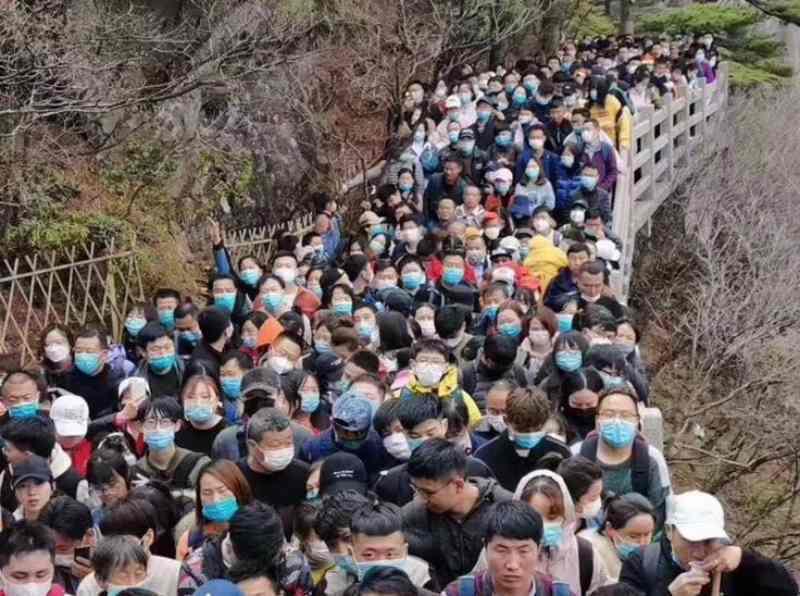 大陸疫情趨緩遊客擠爆黃山,景區緊急閉園。星島網