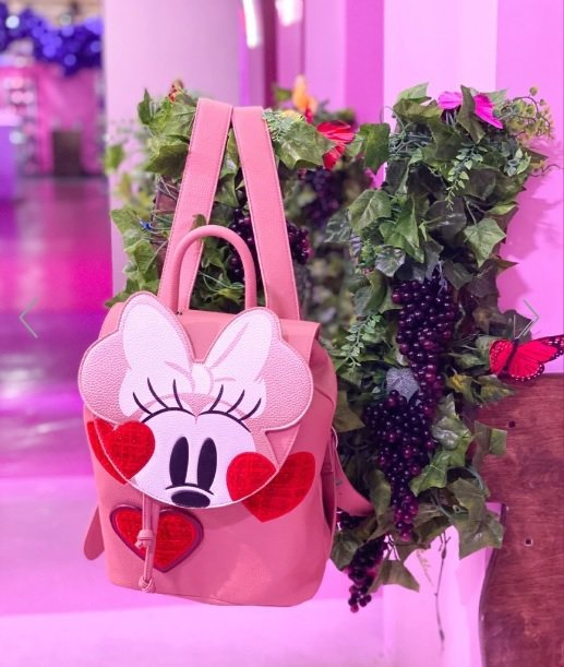 Danielle Nicole米妮系列包款,選擇用粉紅色作為主體色調,搭配愛心刺...