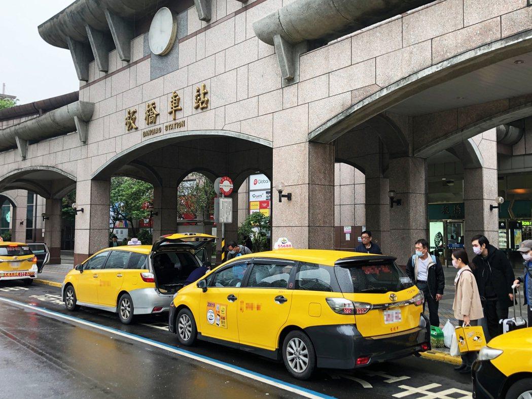 中央流行疫情指揮中心今天宣布搭乘計程車須配戴口罩,否則司機可以拒載,不過計程車司...