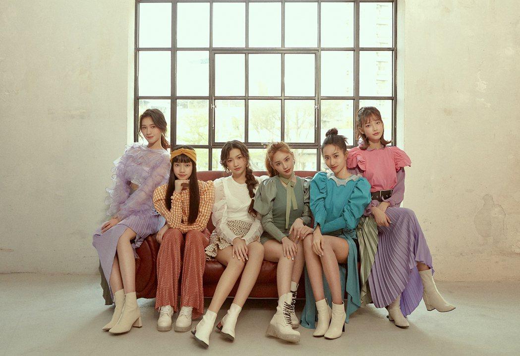 平均18歲的女團「PER6IX」成員李紫嫣(左起)、馬瑋伶、申力安、王加瑄、彭名...