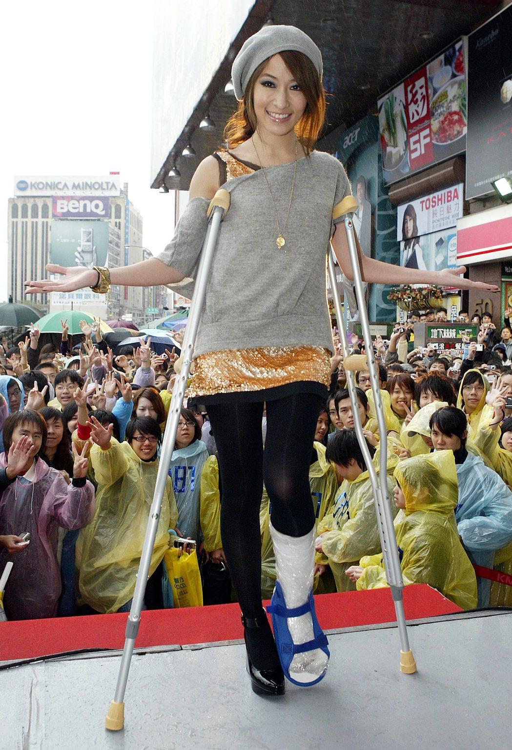 蕭亞軒2006年拄著拐杖出席簽唱會。圖/報系資料照