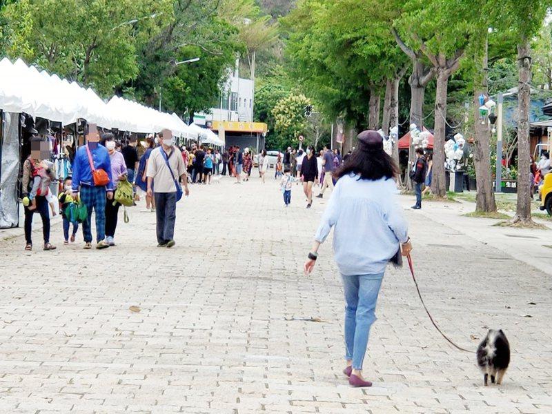 清明節連假,台東縣各景點每天有大量遊客湧入,今天上午,台東市鐵花村仍有外地遊客流連。記者羅紹平/攝影