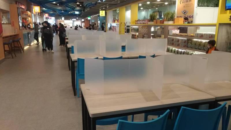 國五蘇澳服務區要求民眾戴口罩才能進入休息站,而且在餐桌上設置抗菌間隔板,避免用餐時交談噴口水。圖/讀者提供