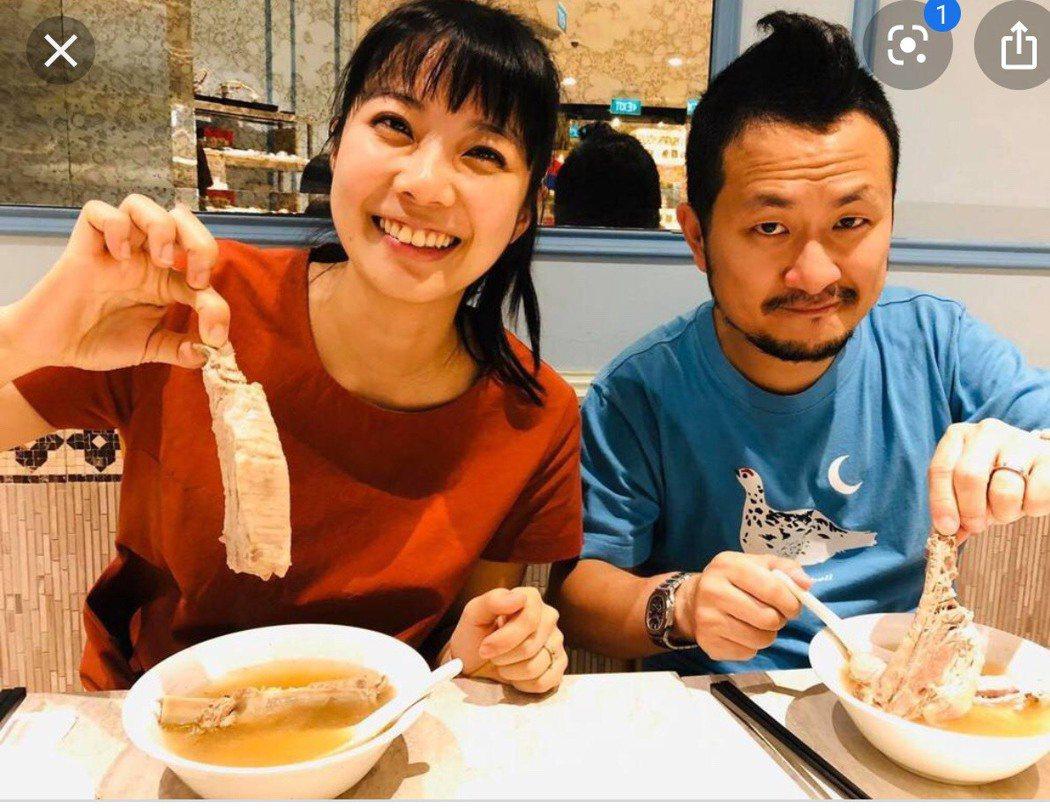 前主播周亭羽今晚產女,家族洋溢喜氣。圖/擷自九把刀臉書