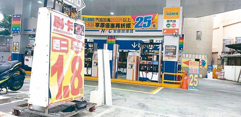 汽柴油價連續6度調降,民眾質疑小吃、餐飲和民生物用品沒跟著降。 記者鄭國樑/攝影