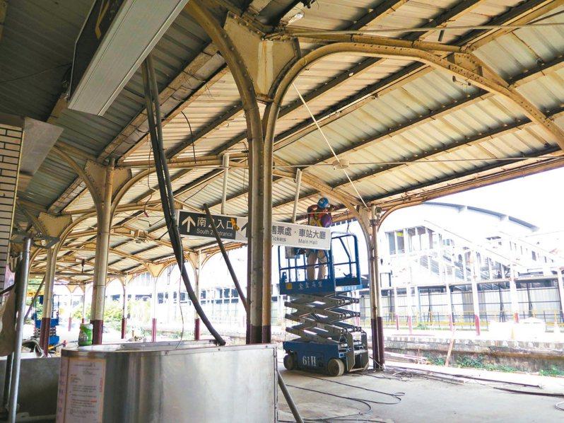 桃園火車站舊站月台雨棚棚架是取材自報廢軌道興建而成,因興建捷運綠線,近期正著手拆除。 記者張裕珍/攝影