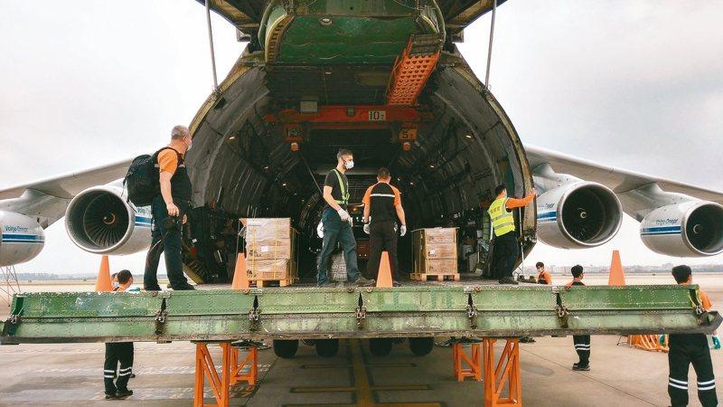 中國救援物資快速出口馳援全球抗疫一線,近期從廣州白雲機場出口防疫物資數量大幅增加。 中新社資料圖