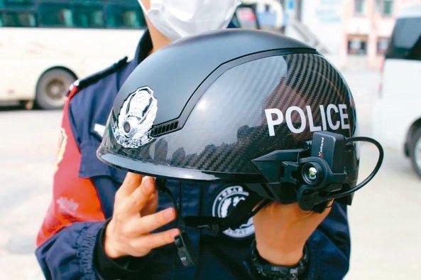 智慧型頭盔可掃描人群,若發現體溫超過37.3度,頭盔立刻發出警報。 秒拍影音