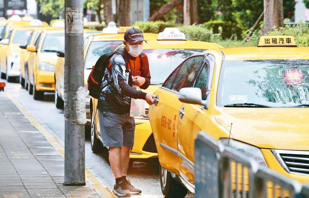 計程車屬於準大眾運輸,指揮中心昨宣布,民眾搭乘計程車也必須戴口罩,否則司機可拒載...
