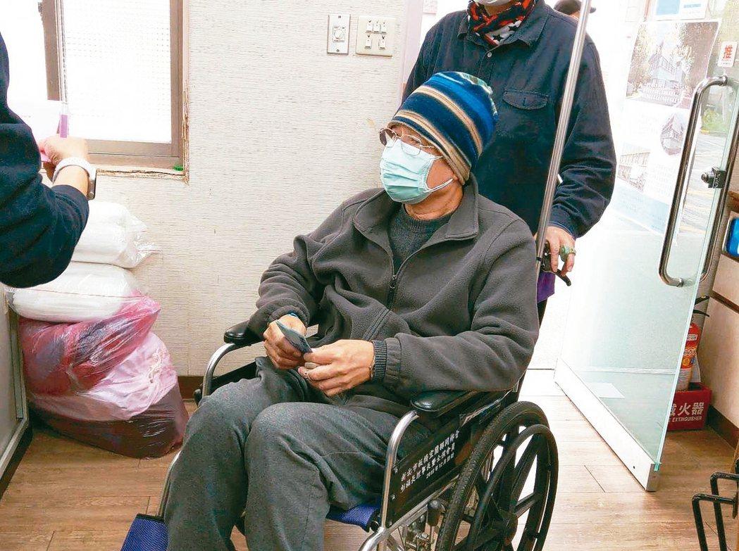 許姓癌末患者由妻子推輪椅進來,他微抖的雙手拿著3000元捐款。 記者戴永華/攝影