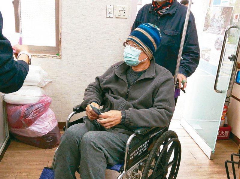 回報神父 83歲賣菜嬤、癌末病患善捐義大利
