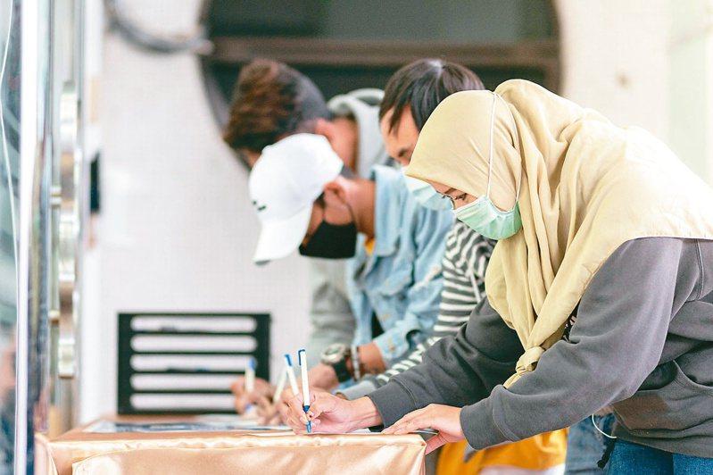 桃園市政府實施洽公登記實名制,推出6國語言的「健康聲明書」,方便移工和外籍人士填寫。 圖/桃園市政府提供