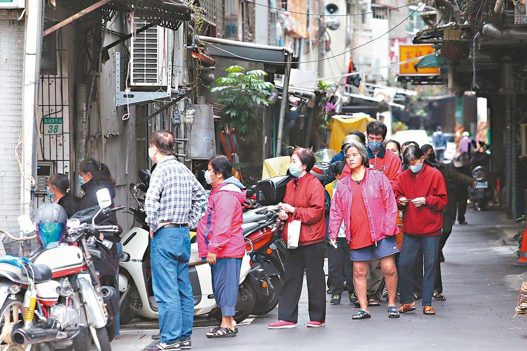 口罩線上購買已經上路,但依然有許多民眾在藥局前排隊購買口罩。記者葉信菉/攝影