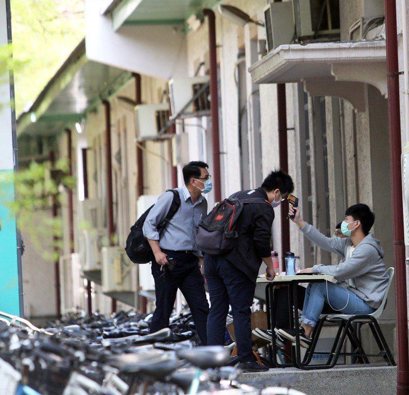 台南仁德潘姓男子在居家檢疫期間多次趴趴走被鄰居拍照檢舉。圖/取自爆料公社