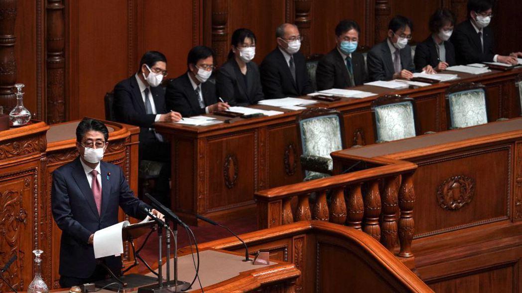 安倍和閣員3日在參議院院會上都戴起了口罩。 (美聯社)