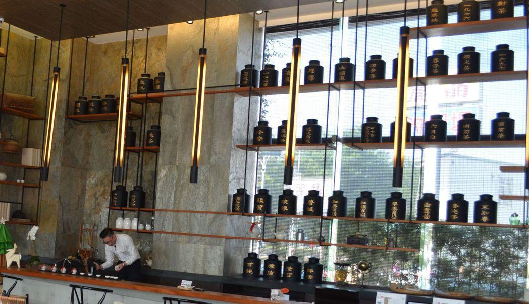 承億文旅打造一館一特色的文創旅店,桃城茶樣子大廳就擺著茶香味四溢的茶罐。  陳慧...
