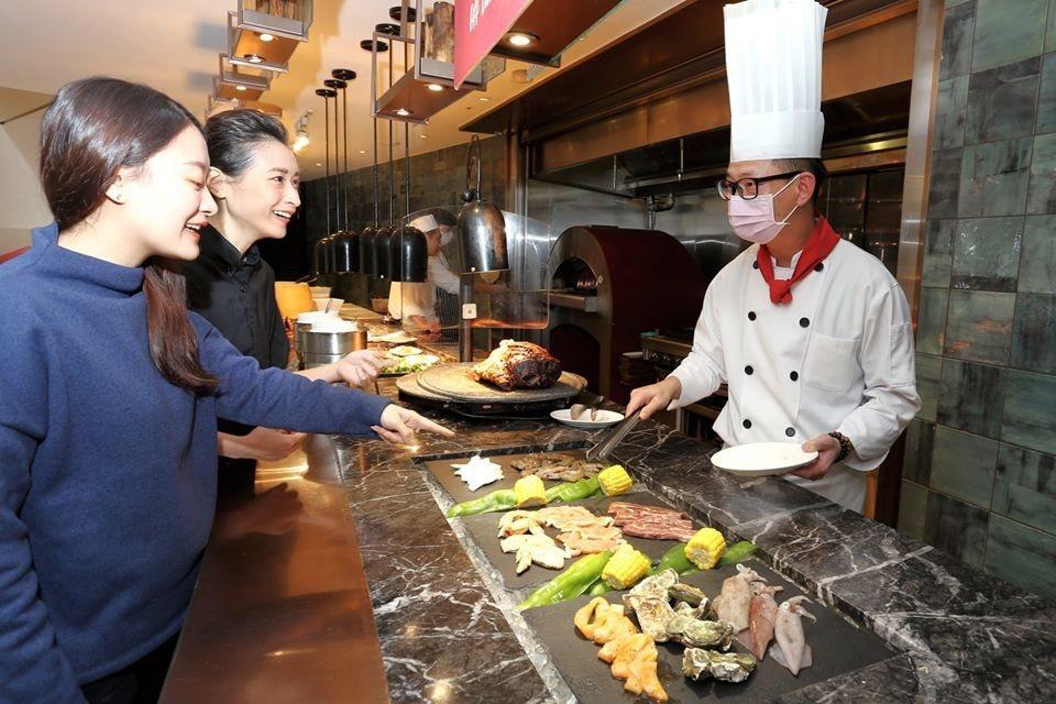 自助餐廳SUNNY BUFFET主打現點現做料理,讓師生吃得更盡興與安心。王朝大...