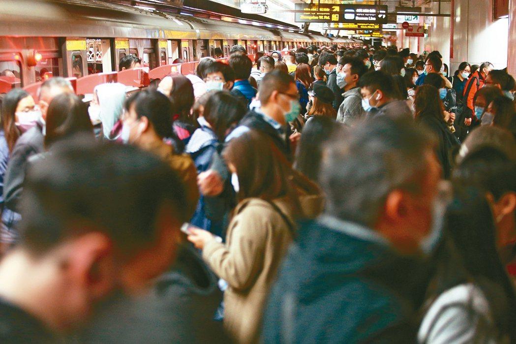 上午台北捷運站內上班人潮。 記者蘇健忠/攝影