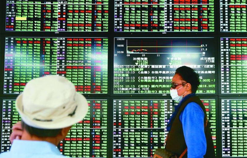 台股5日收在10,774.61點,三大法人賣超142.61億元。 聯合報系資料照