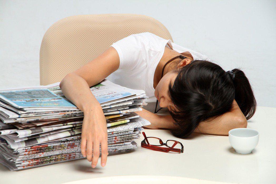 天氣忽冷忽熱,大氣濕度增加,使人感到疲倦嗜睡,生理因素加上外在環境便形成「寒濕」...