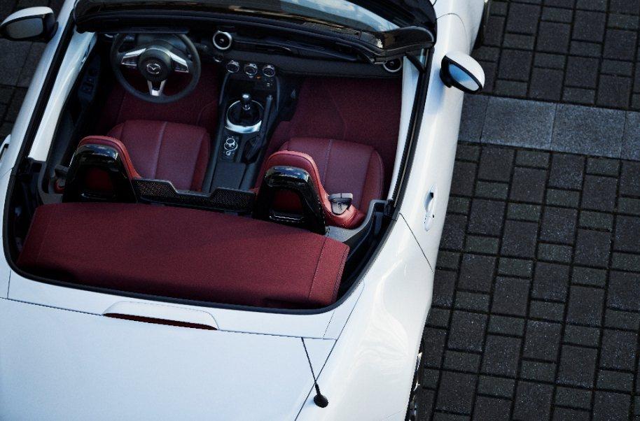 MAZDA百週年紀念車款以躍雪白外觀與酒韻紅內裝,以及鑲嵌「1920-2020」...