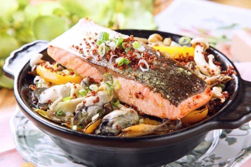 蒜香鮭魚紅藜炊飯。 圖/美威鮭魚提供