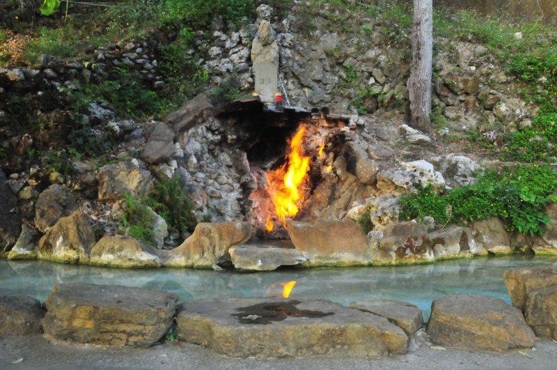 曾列台灣7景之一的水火同源,崖壁間同時有天然氣和泉水湧出,形成水與火共生奧妙景觀...