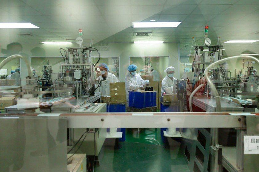 因應疫情口罩需求增加,台灣口罩工廠投入大量資源生產。 圖/取自總統府