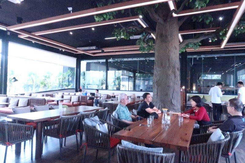 左創生活園區裡的「食不二」創意蔬食餐飲空間,寬敞明亮,菜單依時令更迭,都是當季食...