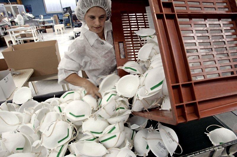 法國曾經是個配備有16億片口罩的「口罩大國」,怎麼十年後落到不及當年一成的庫存量?攝於4月3日。 圖/法新社