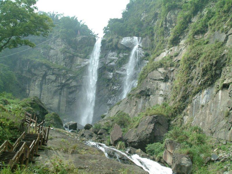 若逢溪流水量豐沛,可見古坑草嶺蓬萊瀑布磅礴氣勢的景致。 圖/雲林縣府提供