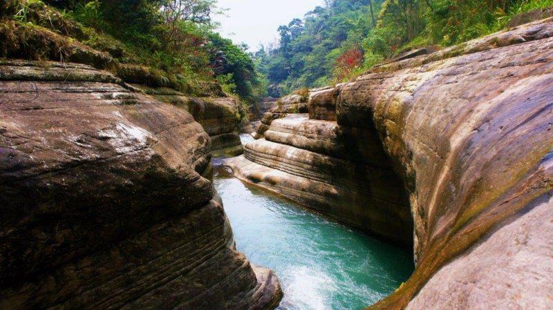 萬年峽谷擁有豐富層次感的岩壁、蜿蜒綿延的河道,景緻變化萬千。 圖/李京昇 攝影