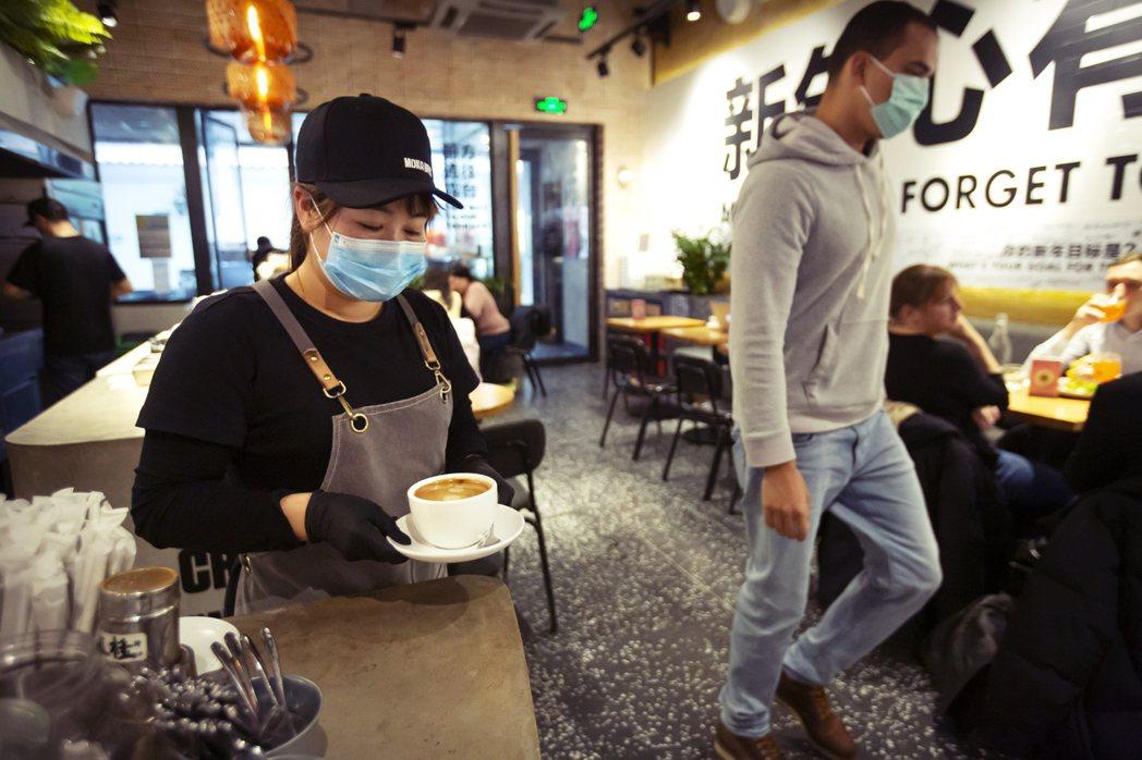 疫情期間,咖啡廳經營壓力驟增,非瑞幸咖啡店面。 圖/美聯社