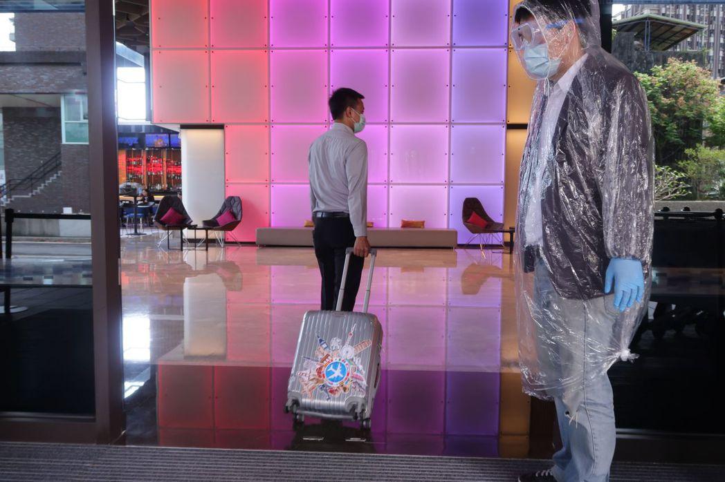 完成前置體溫測量 、消毒作業後,方可直接至酒店客房入住。