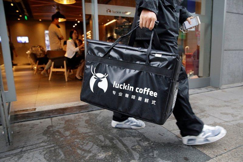 瑞幸咖啡九成以上的店家沒有座位空間,消費者幾乎都以App訂購快取,或者倚賴外賣送...