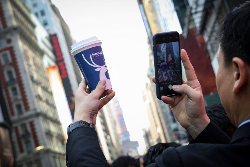 瑞幸咖啡承認2019年第二季到第四季營收都是假的。 圖/路透社